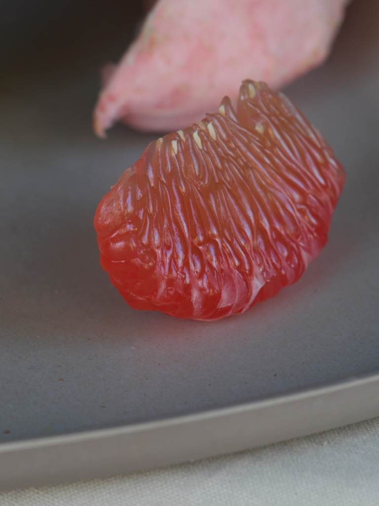 Ein Stück Pomelo