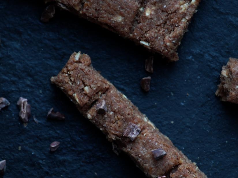 Schokoriegel aus Hafer, Datteln und Kakao